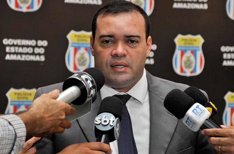 Delegado Christiano Castilho prende homem em posse de drogas no bairro Tancredo Neves
