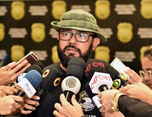 Delegado divulga prisão de homens por roubo a vidraçaria, em Manaus